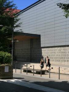 Une façade du cinéma Pathé à Lyon Vaise (9ème arrt) ornée d'un texte... en béton
