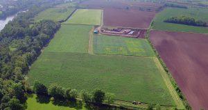 Le terrain d'une ancienne carrière réaménagée en surface de terres agricoles